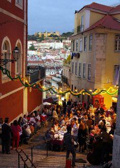 Lisboa Bairro Alto - Começaram as Festas Populares de Santo António - Todos os anos a partir do dia 9 de Junho é tradição em Lisboa as famosas Festas Populares que inclui os desfiles das Marchas populares, na Avenida da Liberdade, de vários bairros tradicionais de Lisboa.