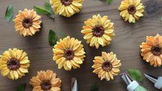 Cake Decorating Videos, Cake Decorating Techniques, Buttercream Flowers Tutorial, Buttercream Cake Decorating, Sunflower Cakes, Icing Flowers, Flower Cupcakes, Little Cakes, Wonderful Recipe