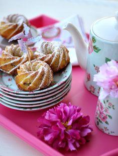 Ciambelline mela e cannella semplici e buone porteranno tanto profumo nelle vostre case. Perfette per la colazione o per un tè con le amiche, saranno le protagoniste della vostra tavola.       E allora celebriamo la dolcezza con queste deliziose ciambelline accompagnandole con una tazza fuman