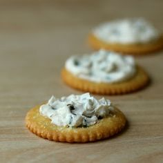 Cookistry: Chive and black garlic cream cheese spread Vegan Appetizers, Appetizer Dips, Appetizers For Party, Yummy Eats, Yummy Food, Great Recipes, Favorite Recipes, Black Garlic