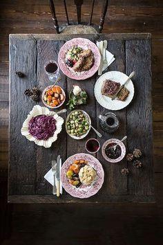 ロマンティックな雰囲気のヨーロピアンヴィンテージ調のテイストで統一されています。お皿の色と食材の色をリンクさせたテクニック。