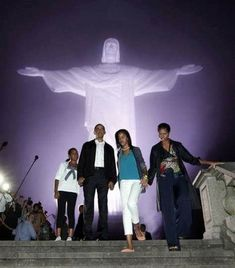 President Barack Obama with First Lady Michelle Obama and daughters Malia and Sasha tour the Christ the Redeemer statue in Rio de Janeiro, on March Mr Obama, Barack Obama Family, Malia Obama, First Black President, Our President, Black Presidents, American Presidents, Barak And Michelle Obama, Presidente Obama
