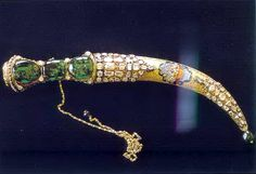 Topkapi emerald and gold dagger.encrusted with other precious stones. Also at the Topkapi Palace museum Museum, Swords And Daggers, Ottoman Empire, Ancient Artifacts, Crown Jewels, Islamic Art, Bling, Gemstones, Diamond