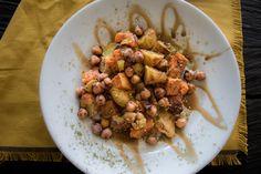 Kürbis, Kichererbsen, Haloumi, Kartoffeln aus dem Ofen mit Zaatar und Granatapfelmelasse