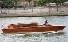 Une limousine sur la Seine    Le River Limousine est un très beau bateau, véritable riva de luxe italien. Il voguera pour vous sur la Seine de 1 à 6 personnes maximum.  Il est possible d'y organiser un dîner ou une promenade en amoureux, de jour comme de nuit.  Promis, le Champagne, les macarons et le commandant de bord ne vous décevront pas !