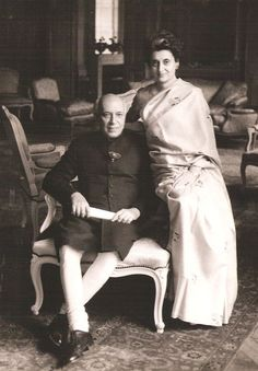 Indian leaders Jawaharlal Nehru and Indira Gandhi Famous Pictures, Rare Pictures, Historical Pictures, Rare Photos, Vintage Photographs, Indira Gandhi, Bollywood Photos, Bollywood Celebrities, Indian Freedom Fighters