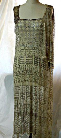 1920s Assuit evening dress, gold metallic, Art Deco, Egyptomania. Front 30s Fashion, Art Deco Fashion, Fashion History, Vintage Fashion, Fashion Design, Art Deco Clothing, Vintage Clothing, Elsa Schiaparelli, 1920s Dress
