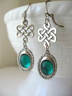 Irene    Diese schöne ethnische Ohrringe verfügen über einfache keltischen Knoten verziert mit funkelnden Smaragd grün Cabochons inmitten einer