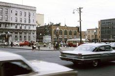 1962 depuis la rue de la Couronne à l'angle de la rue Saint-Joseph dans le quartier Saint-Roch, nous apercevions l'Hôtel Saint-Roch, le poste de Police et quelques bâtiments de la rue du Roi.