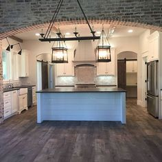 This #igkitchen is really, really incredible! Sarah Smith just finish #building her #dreamhome and I am sharing many #pictures on the #blog today. Make sure to stop by to know more details about that incredible #brick wall! The #flooring is #wood-looking #tile from #StoneSolutions Dakota 8\