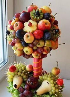 Fruit Table How to Set Up: 100 Photos to Inspire - Food Carving Ideas Fruit Decorations, Food Decoration, Pizza Fruit, Fruit Presentation, Kreative Snacks, Edible Fruit Arrangements, Fruit Creations, Creative Food Art, Food Carving