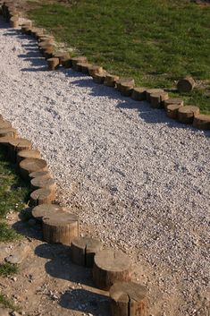 camino de gravilla y madera