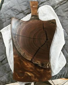 Wooden Chopping Boards, Wood Cutting Boards, Wooden Boards, Woodworking Projects That Sell, Woodworking Crafts, Diy Resin Projects, Epoxy Resin Wood, Charcuterie And Cheese Board, Wood Slab
