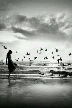 """أحتفظ دائمآ في داخلگ بقوه """" التخلي"""" عن أشخاص, أشياء, أماگن .. التخلي عن مايؤذي قلبگ و يشتت ثباتگ  لاتمجد أحدآ, و لا تعتقد أنگ لن تعيش بدونه .. فـ في التخلي أحيانا #حياه ♡☆•°"""