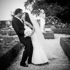 Classic Black & White kiss at Rosecliff Mansion in Newport Rhode Island - Bénédicte Verley Photography