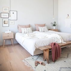 A good minimalist home decoration will make your minimalist feels more comfortable. This decoration is perfect for you who live in a small home or in an apartment. Most of the minimalist home decorati Modern Minimalist Bedroom, Minimalist Home Decor, Minimalist Style, Minimal Bedroom, Feminine Bedroom, Minimalist Apartment, Home Bedroom, Bedroom Decor, Bedroom Ideas