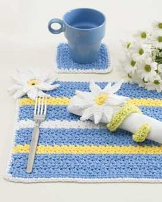 Crochet a matching place mat, napkin holder and coaster for a cheerful table setting with a daisy theme. You can even crochet a matching chair cushion. Crochet Placemats, Crochet Table Runner, Crochet Dishcloths, Crochet Doilies, Crochet Daisy, Crochet Flowers, Crochet Gratis, Free Crochet, Easy Crochet