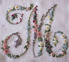 I ❤ embroidery . . . As they were put together, I designed the position of the flowers for the design on paper, in order to distribute species and colors harmoniously.