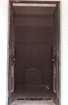 initial burial crypt for Elvis just inside these doors.JPG (377×577)