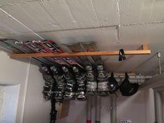 Space-saving and easy ski storage under the garage cover . Space-saving and easy ski storage under the garage cover …- Platzsparende und einfache Ski Lageru Garage Tool Organization, Garage Storage, Garage House, Diy Garage, Ski Rack, Garden Tool Storage, Outdoor Storage, Space Saving, Home Remodeling