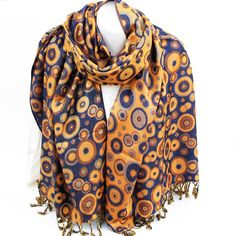 Ce large foulard indien est une étole bleue marine avec des motifs ronds  jaunes. Cette bc740c9b753