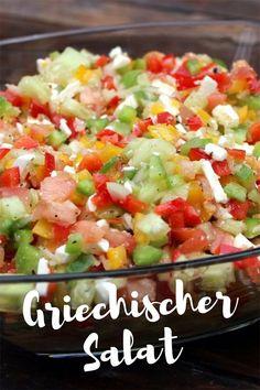 Dieser griechische Salat (Hirtensalat), den ich dir heute vorstellen möchte, ist das ideale Beilagen Salat Rezept für deine Grillparty bzw. dein Grillmenü. Der griechische Salat (Hirtensalat) ist eine Kombination aus leckeren mediterranem Gemüse, etwas Schaftskäse, und dem Salat Dressing aus gutem Olivenöl und Weißweinessig der die Säure mitbringt. #griechenlandrezept #grillenvegetarisch
