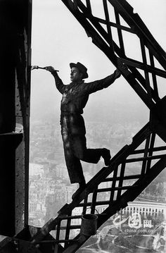 Peintre-danseur ou danseur-peintre ? / Eiffel Tower. / Tour Eiffel. / Paris, France. / Photo by Henri Cartier -Bresson, 1953.