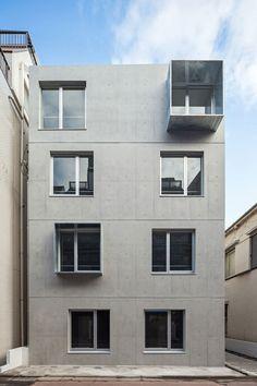 El edificio se encuentra en una calle comercial del barrio de Nakanobu, al sur del distrito central de Tokio. La ciudad es una mezcla de lo antiguo y lo moderno.