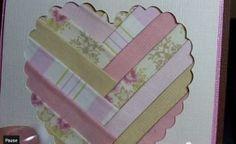 Carte avec un cœur évidé et garni de bandes de différents papiers disposés en chevrons