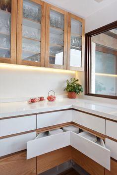 White, glossy counters // corner cabinet drawers in kitchen Kitchen Wet Bar, Kitchen Dinning Room, Kitchen Corner, Diy Kitchen, Kitchen Decor, Kitchen Cabinets, Cuisines Design, Interior Design Kitchen, Kitchen Furniture