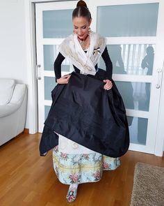 Me preguntaban, lleva debajo el guardapies? Aqui esta la respuesta. #eduardocerveraindumentaria #eduardocervera #indumentariavalenciana… Traditional Fashion, 18th Century, Vintage Fashion, Costumes, Skirts, Pattern, Clothes, Color, Dresses