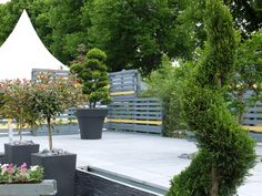 Actual Paysage a utilisé la dalle de terrasse PIERRE du LOT de PIERRA en pierre reconstituée pour l'aménagement de ce jardin urbain. En savoir plus sur la réalisation : https://youtu.be/LTMW5DVwaT