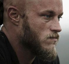Travis Fimmel screen cap from Vikings Vikings Tv Series, Vikings Tv Show, Viking Shield, Viking Art, Ragnar Lothbrok Hair, Hogwarts, Vikings Travis Fimmel, Norse Pagan, History Channel