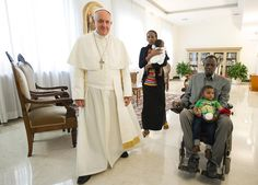 Hd.clain.com | FRANCISCO meets at the home of Santa Marta with Meriam Vatican Ibrahim, Sudan, accompanied by her husband and children Maya and Martin.  The Sudanese woman was sentenced to death in Sudan for refusing to recant his Christian faith, convicted on charges of apostasy.  As in many Islamic countries, Muslim women in Sudan are prohibited from marrying non-Muslims, although men can marry outside their faith.  She was acquitted after intense international pressure.  (AFP)