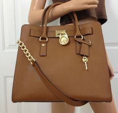 Welcome to our fashion Michael Kors outlet online store, we provide the latest styles Michael Kors handhags and fashion design Michael Kors purses for you. High quality Michael Kors handbags will make you amazed. Micheal Kors Taschen, Micheal Kors Bags, Handbags Michael Kors, Michael Kors Hamilton, Michael Kors Cynthia, Cheap Mk Bags, Expensive Purses, Casual Chique, Michael Kors Fashion