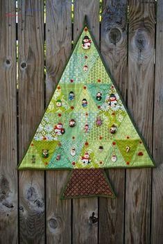10 calendriers de l'avent à coudre - Petit Citron - #calendrierdel'aventcouture - Dans 3 jours, l'Avent commence ! Avez vous ressorti votre calendrier de l'avent ou bien songez-vous à en coudre un nouveau ? J'ai réalisé que je n'avais pas fait de sélection l'an dernier comme les années auparavant. Par conséquent, je me rattrape et j'ai sélectionné 10 beaux calendriers de l'avent à coudre ou en tissus.... Christmas Tree Quilt, Felt Christmas, Handmade Christmas, Christmas Crafts, Christmas Patchwork, Christmas Quilting, Christmas Holiday, Christmas Decorations, Advent Calenders