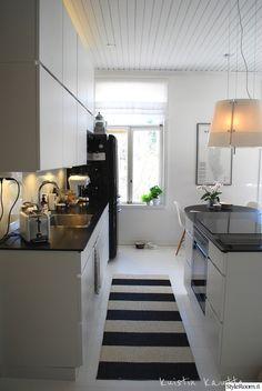 keittiö,matto,keittiöpinnat,keittiötasot,keittiökaapit,kodinkoneet,mustavalkoinen,elegantti,siisti