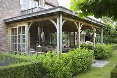 Houten veranda met tuinset. Harderwijk. www.bronkhorstbuitenleven.nl