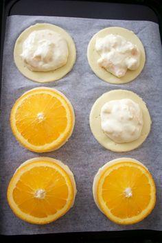 1に2を乗せ、その上に輪切りのオレンジを乗せる。