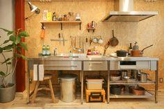 オールステンレス製のフレームキッチンです。設備機器や引出しは自由にカスタマイズ可能。