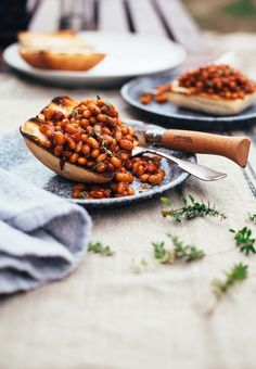 """Miso & molasses baked beans from """"modern potluck"""" . Healthy Food Blogs, Whole Food Recipes, Healthy Recipes, Healthy Eating, Baked Beans Recipe With Molasses, Side Dish Recipes, Dinner Recipes, Root Vegetable Gratin, Fresco"""