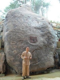 Nestling on the slopes of Wangsan, one of the peaks in the Jirisan region (Korea), is a giant turtle-shaped rock weighing 127 tonnes. Its shell is carved with ornate designs. It rests flat against the mountainside. Unexplained Mysteries, Ancient Mysteries, Ancient Artifacts, Aliens And Ufos, Ancient Aliens, Ancient History, Architecture Antique, Turtle Rock, Instalation Art