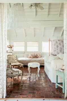 7 Considerate Clever Tips: Shabby Chic Blue Furniture white shabby chic bedroom.Shabby Chic Sofa Table vintage shabby chic home. Cottage Shabby Chic, Shabby Chic Mode, Shabby Chic Vintage, Shabby Chic Couture, Estilo Shabby Chic, Simply Shabby Chic, Shabby Chic Living Room, Shabby Chic Bedrooms, Shabby Chic Kitchen