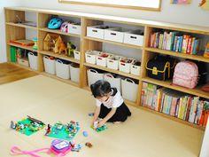 子供部屋やリビングで役立つ、子供の荷物の収納のコツをご紹介します。「うちの子は片付けが苦手」と決めつけていませんか?実は収納のちょっとした工夫で、片付けが得意になることもあります。子供目線になり、子供部屋やリビングの収納を見直しましょう。 Nursery Room, Baby Room, Toddler Room Organization, Japan Interior, Interior Design Inspiration, Girl Room, Interior Styling, Playroom, Outdoor Furniture Sets