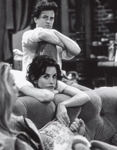 Courtney Cox and Matthew Perry behind the scenes of friends who play Monica Geller and Chandler Bing Serie Friends, Friends Cast, Friends Moments, Friends Tv Show, Friends Forever, Chandler Friends, Friends Tv Quotes, Joey Friends, Friends Poster