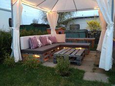 Ambiance cosy et chaleureuse avec un salon de jardin en palette  http://www.homelisty.com/salon-de-jardin-en-palette/
