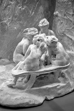Les Bavardes ou Les Causeuses en 1896 par Camille CLAUDEL (1864-1943). Plâtre, avec paravent. Musée Camille Claudel à Nogent-sur-Seine. Photo : Hervé Leyrit