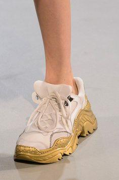 Le scarpe di moda per l Autunno Inverno 2018 2019 viste alle sfilate sono i  modelli che vorremmo avere SUBITO 73e65d04d27