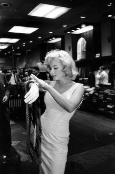 NYC. Marilyn Monroe shopping at Gentree, a men's clothing store in midtown Manhattan, June 12, 1957. // by Sam Shaw