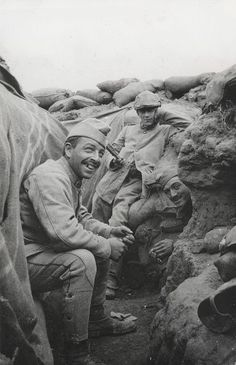 French soldiers in a trench in the area of Notre-Dame de Lorette ( Pas de Calais, France), July 1915